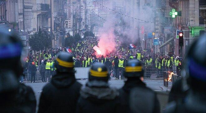 Manifestants face aux forces de l'ordre à Rouen, janvier 2019 © Par Daniel BRIOT from Rouen (France) — 2019-01 Manif. Rouen-20-2019-01-05, CC0, https://commons.wikimedia.org/w/index.php?curid=77397505