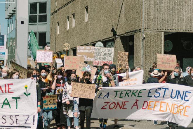 Vue des pancartes brandies par les manifestants. © © Adrien Fillon