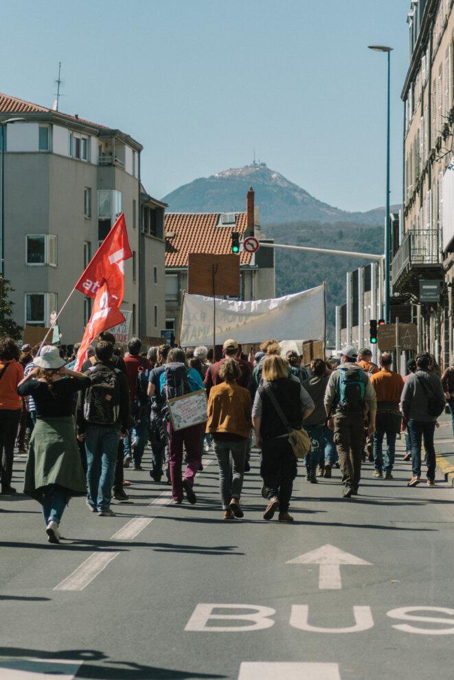 Les manifestants marchent le long de la place Renoux, et se dirigent vers la place de Jaude. © © Adrien Fillon