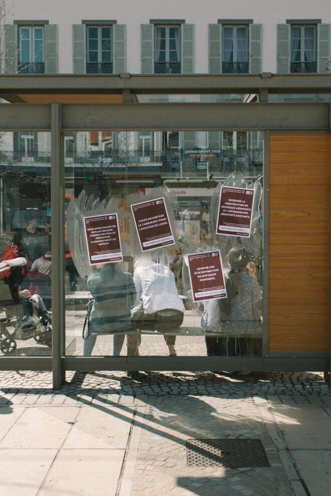 Des affiches ont été collées sur les arrêts de tram et de bus. © © Adrien Fillon