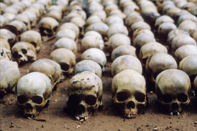 L'alignement comme le  miroir vertigineux, effroyable, d'un génocide effroyable. © ?