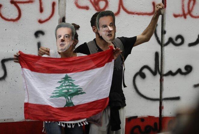 Beyrouth, 27 novembre 2019. Des manifestants brandissent un masque de Riad Salamé pour protester contre la politique de la banque centrale du Liban. © Joseph Eid / AFP