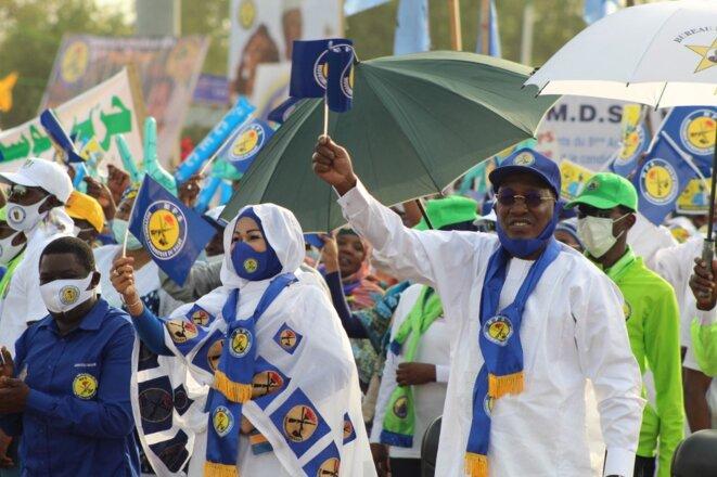 Le président tchadien Idriss Déby Itno (à droite) en pleine campagne électorale à N'Djamena le 13 mars 2021. © Renaud Masbeye Boybeye/AFP