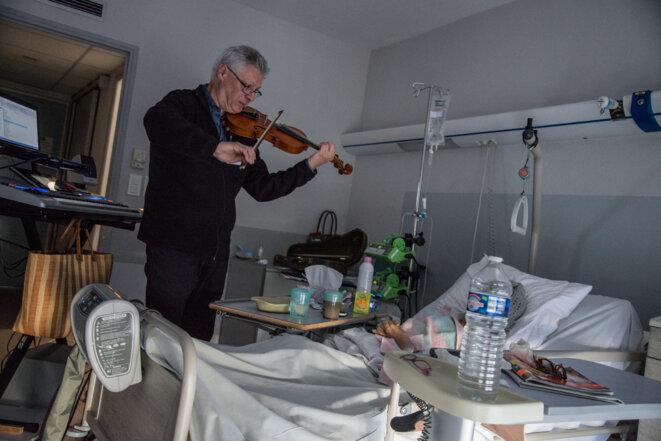 En soins palliatifs dans une clinique de Carcassonne. © Leo Derivot / Hans Lucas via AFP