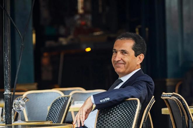 Patrick Drahi dit aux banquiers : « Le système Français est un excellent système, et paye les salaires à notre place. ». © lesjours.fr