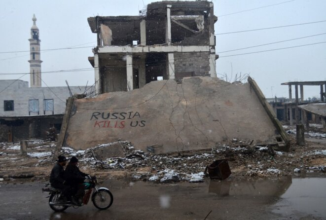 Un graffiti « La Russie nous tue » photographié dans la ville syrienne de Talbisseh (province de Homs), le 1er janvier 2016. © Mahmoud Taha / AFP
