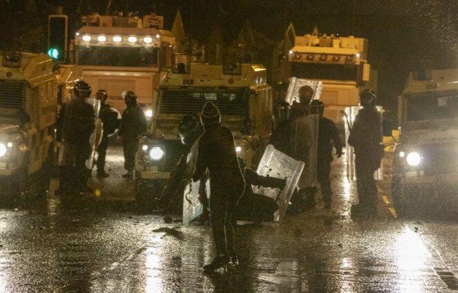 Affrontements entre la police et des jeunes nationalistes à Belfast, le 8 avril 2021. © Paul Faith/AFP