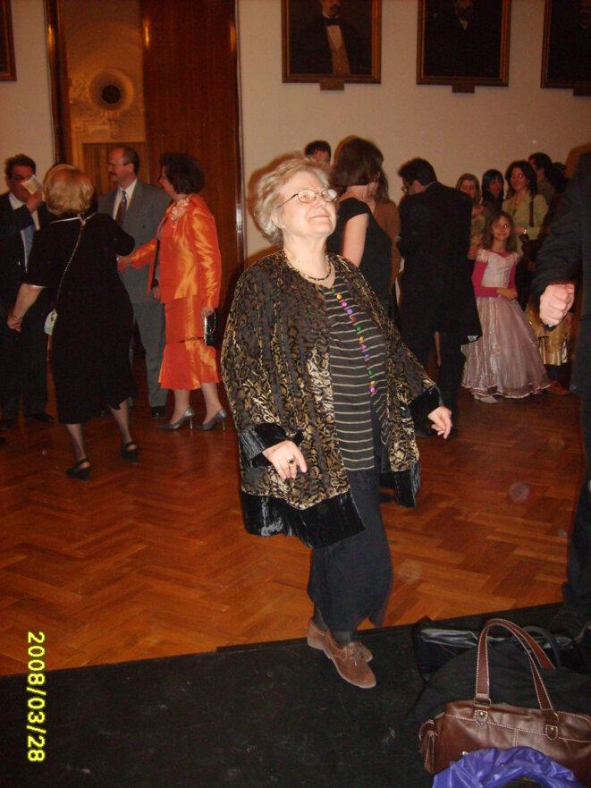 Anne-Marie Houdebine dansant, après une conférence, en 2008, à Iasi, en Roumanie