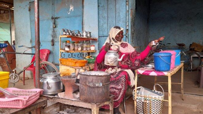 Une vendeuse de thé, dans les rues de Khartoum © GL