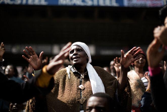 Rassemblement de fidèles évangéliques dans le stade Ellis Park de Johannesburg en Afrique du Sud, pour un service du Vendredi saint avec l'Église universelle du Royaume de Dieu. © MARCO LONGARI / AFP