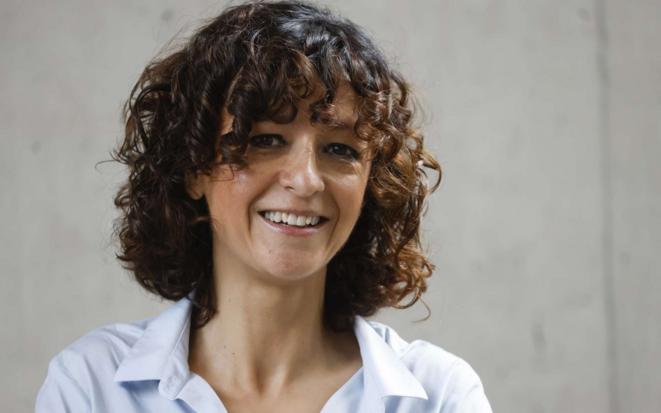 Emmanuelle Charpentier est un pur produit de l'Université. Elle  étudie la biochimie et la microbiologie, puis poursuit sa formation à l'institut Pasteur (1992-1995). Elle obtient en 1995 un doctorat en microbiologie à l'université Pierre-et-Marie-Curie devenue Sorbonne Université.