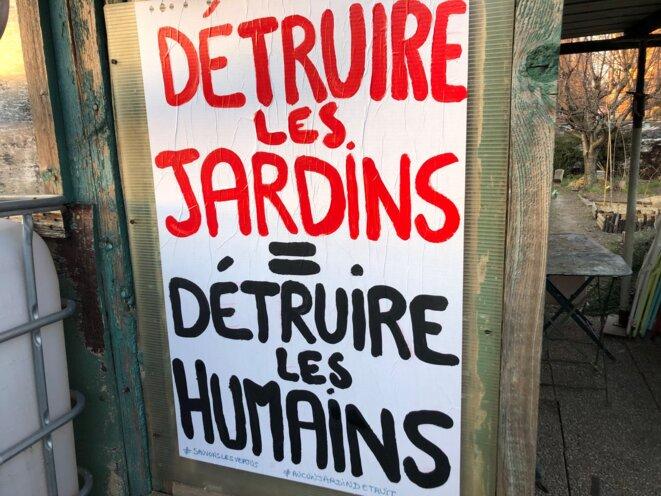 Une affiche en défense des jardins des Vertus à Aubervilliers.