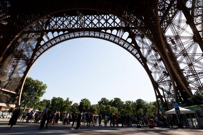 Sous la Tour Eiffel, à Paris. © AFP