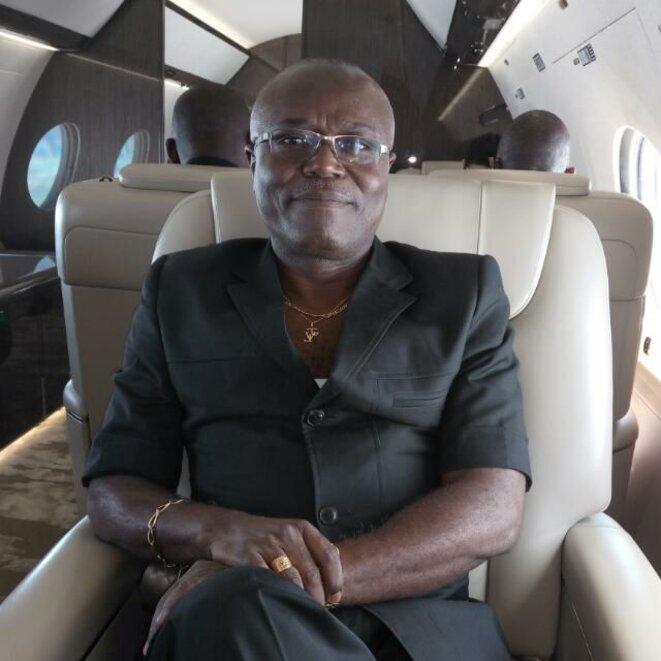 Au temps de gloire – Jean Valentin Leyama dans un avion de l'Etat.