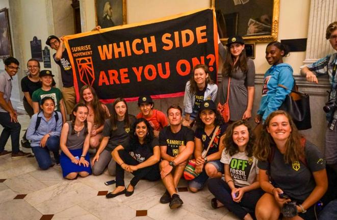"""""""De quel côté êtes-vous ?"""" Les activistes de Sunrise (ici en 2018, lors d'une action au Congrès) se mobilisent pour un """"Green New Deal"""". © Sunrise Movement"""