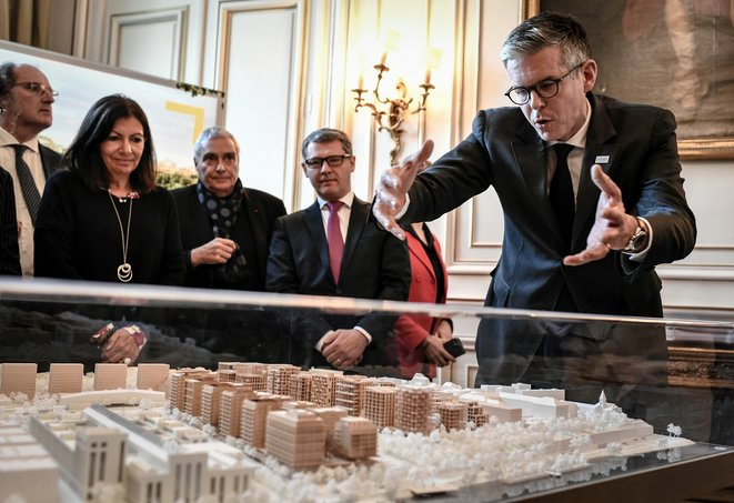 Nicolas Ferrand, CEO of SOLIDEO, during a presentation of a model of the Olympic village in November 2019, watched by Paris mayor Anne Hidalgo. © Stéphane DE SAKUTIN / AFP