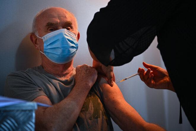 Un homme se fait vacciner à Stains, en Seine-Saint-Denis, le 2 mars 2021. © Anne-Christine POUJOULAT / AFP