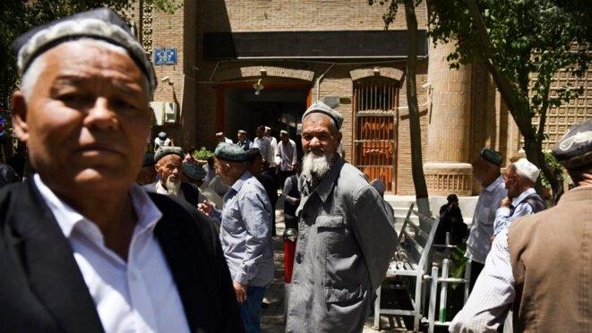 Les Ouïghours quittent une mosquée après la prière à Hotan, une ville du nord-ouest de la Chine dans la région du Xinjiang, en 2019. Greg Baker / AFP / Getty Images