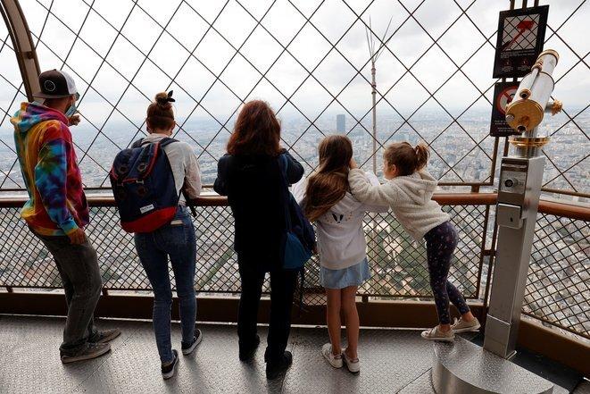 Niños en la cima de la Torre Eiffel. © AFP