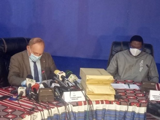 Au milieu, le 3eme lot de documents fournis par la France. A gauche l'ambassadeur de France au Burkina Luc Hallade, à droit le ministre burkinabè Maixme Koné © lefaso.net