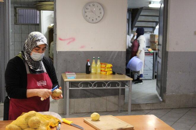 Dans le sous-sol de la mosquée aménagé en cuisine, les bénévoles préparent les repas solidaires. © Lou Syrah.