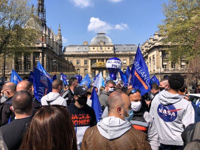 Rassemblement de policiers face à la cour d'appel de Paris, mardi 20 avril 2021. © CP / Mediapart
