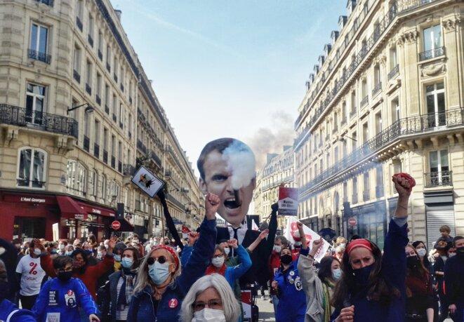 Une effigie du président qui fume et « enfume » lors de la manifestation « Pour une vraie loi climat » à Paris, 28 mars 2021. © MC / Mediapart