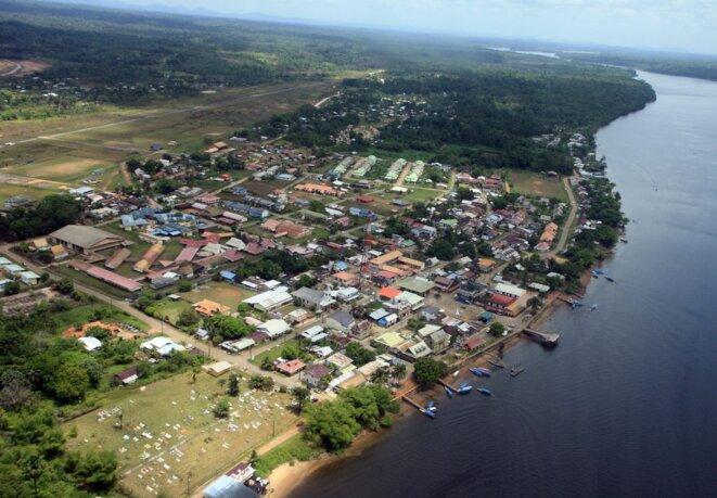 À gauche, Saint-Georges de l'Oyapock. De l'autre côté du fleuve, le Brésil. © Marion Briswalter.