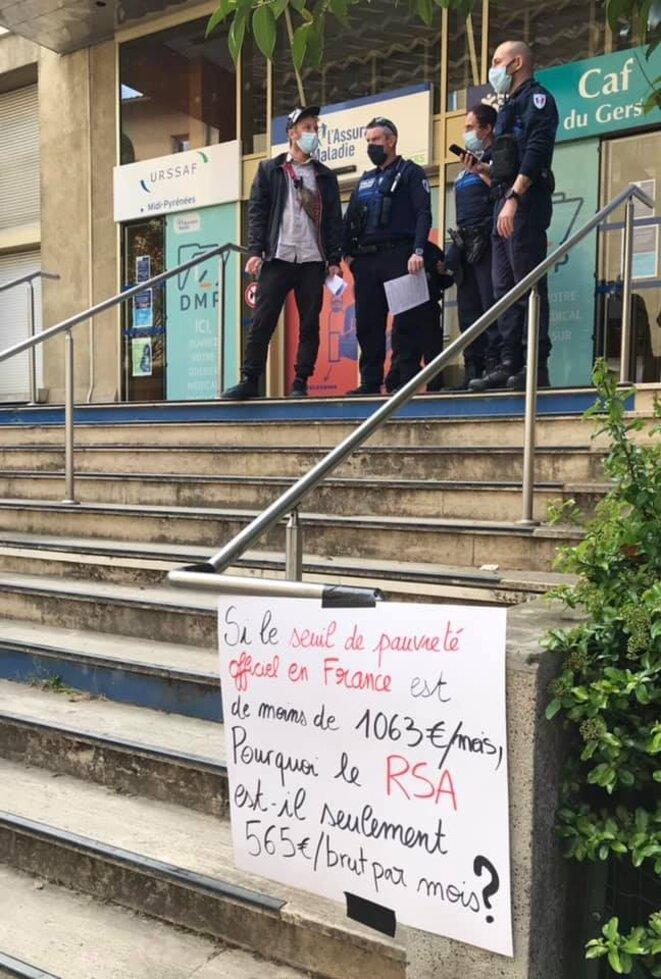 Manifestation devant la CAF et la Sécurité sociale : Si le seuil de pauvreté est à 1063 € pour une personne seule, pourquoi le RSA est à 565 € brut par mois ?