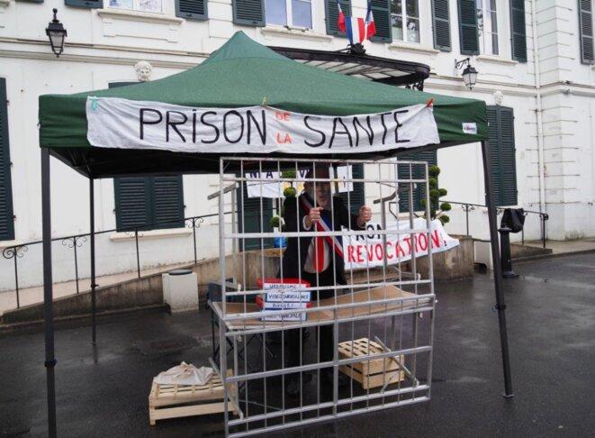 """Un faux Georges Tron dans une fausse cellule, le 21 avril 2021. © Collectif """"Ni à Draveil ni ailleurs"""""""