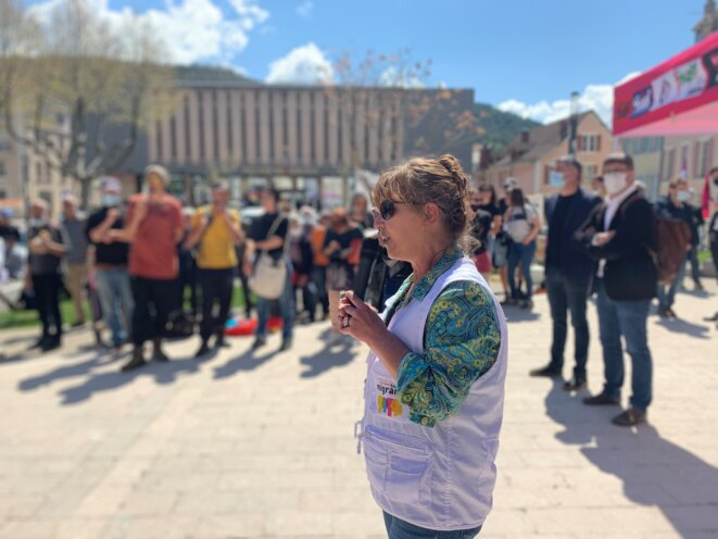 Agnès Antoine, militante des droits humains et bénévole à Tous Migrants, devant le tribunal de Gap. © NB