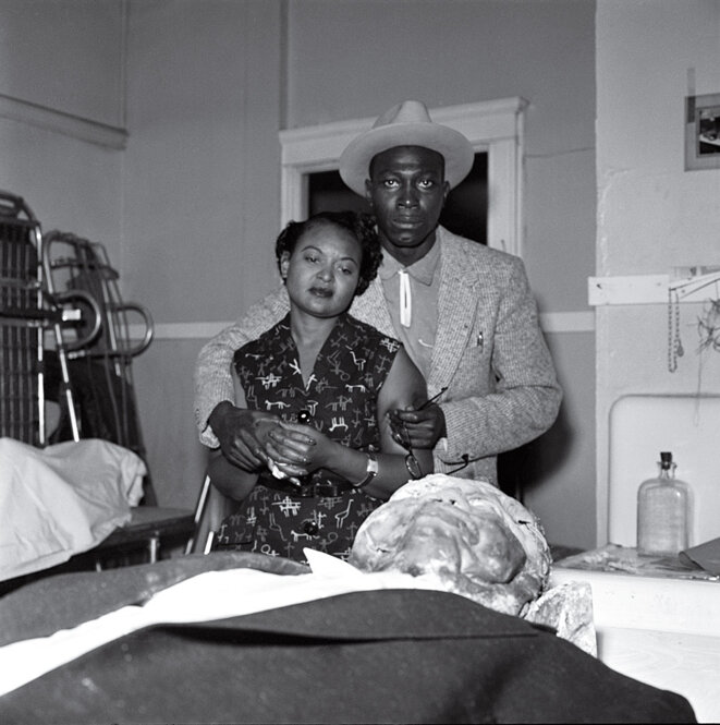 La mère regarde le corps lynché de son fils Emmett Till