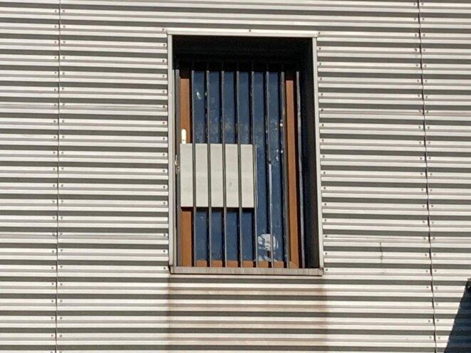 Les fenêtres condamnées de la zone d'attente de Roissy © RLS
