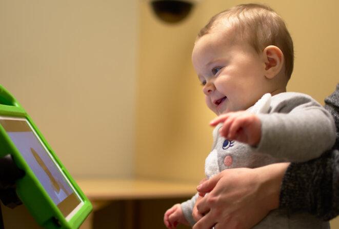 Visionnage recommandé : Les caméras des appareils mobiles suivent le regard des tout-petits pendant qu'ils regardent des vidéos censées susciter des réactions visuelles spécifiques. © Avec l'aimable autorisation de l'Université Duke