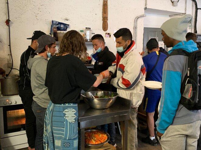 Vers 19 heures, les bénévoles du refuge solidaire servent le repas aux exilés. © NB