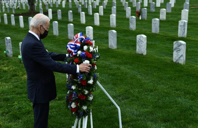 Joe Biden dépose une couronne au cimetière d'Arlington, le 14 avril 2021. Avant d'annoncer le retrait des troupes d'Afghanistan. © Brendan Smialowski / AFP