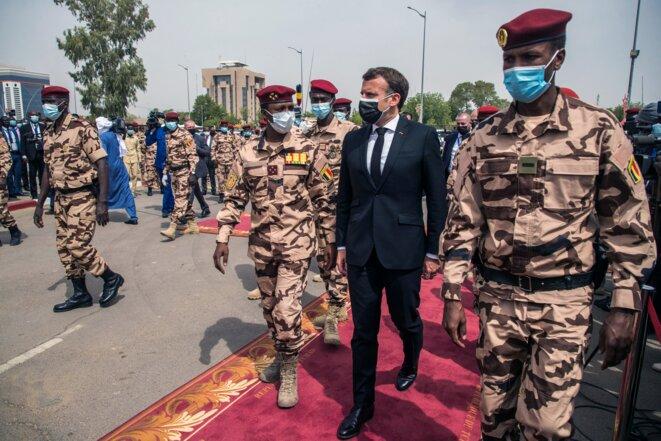 Emmanuel Macron et Mahamat Idriss Déby (à gauche) le 23 avril 2021 à N'Djamena © Christophe PETIT TESSON / POOL / AFP