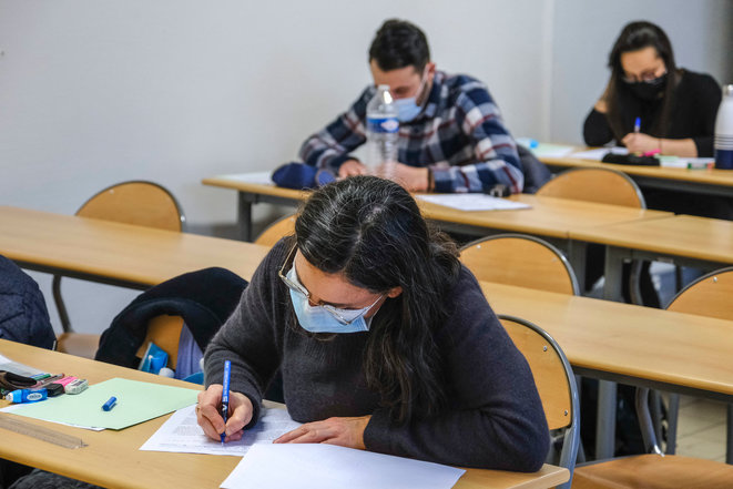Malgré la crise sanitaire, et la quasi-fermeture des universités, les étudiants doivent passer leurs partiels. Ici, à Angers. © Jean-Michel Delage / Hans Lucas / Hans Lucas via AFP