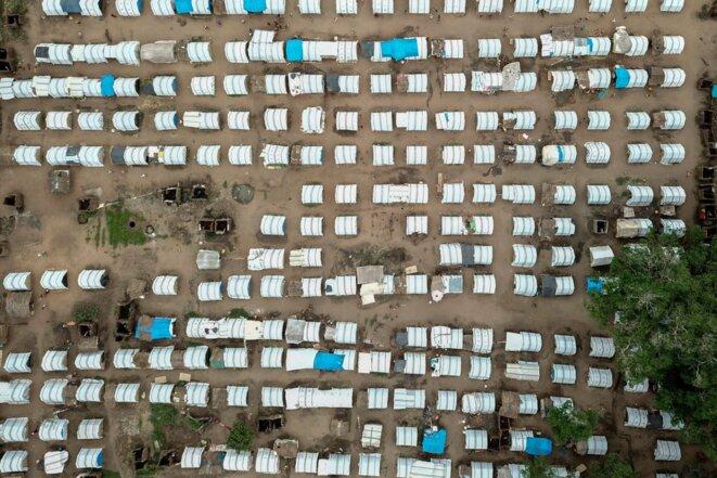 Vue aérienne prise le 24 février 2021 montrant des logements temporaires pour les personnes déplacées dans le Napala Agrarian Center dans le district de Metuge à Cabo Delgado, au Mozambique