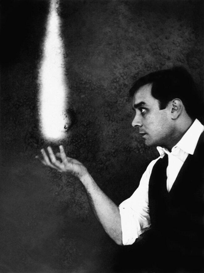 Yves Klein, Le Rêve du Feu, 1960. Photographie en noir et blanc 24 x 18 cm Photo : © Harry Shunk and Janos Kender J.Paul Getty Trust. The Getty Research Institute, Los Angeles. (2014.R.20) © Succession Yves Klein c/o ADAGP, Paris