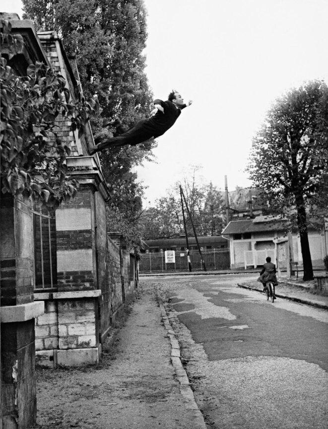 Yves Klein, Le Saut dans le vide, octobre 1960, Fontenay-aux-Roses, France. © 5, rue Gentil-Bernard, Fontenay-aux-Roses, France Photographie Photo : © Harry Shunk and Janos Kender J.Paul Getty Trust. The Getty Research Institute