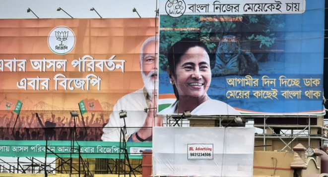 Une affiche pour Mamata Banerjee devant une autre pour Narendra Modi à Calcutta. © CB