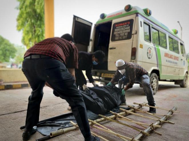 Tanveer Ahmed et son chauffeur acheminent un corps vers le crématorium. © CB