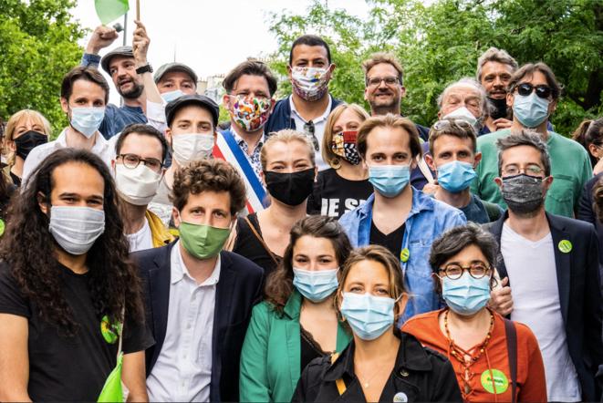 Photo de groupe d'EELV avec Julien Bayou (avec un masque vert), secretaire national,  lors d'une manifestation contre les violences policières, sociales et raciales, le 13 juin 2020. © Xosé Bouzas / Hans Lucas via AFP