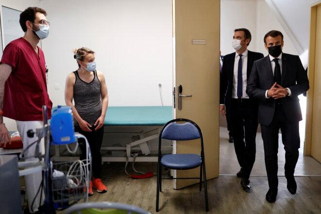 E. Macron et O. Véran à l'hôpital Foch de Suresnes où sont suivis des patients souffrant d'un Covid long, le 22 avril 2021. © CHRISTIAN HARTMANN / POOL / AFP