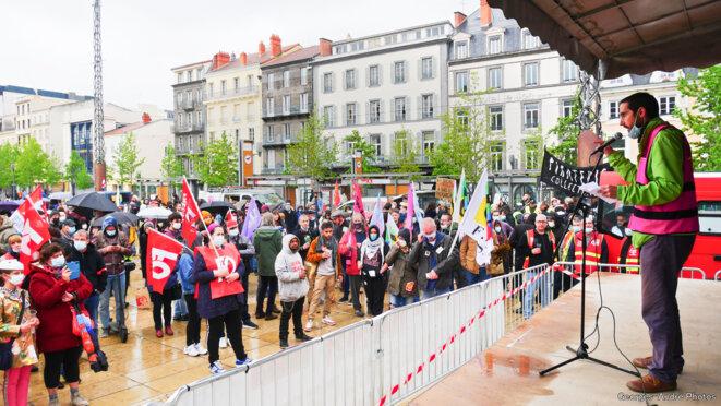 Une intervention syndicale et une partie de la foule juste avant la pluie dense. © Georges-André Photos