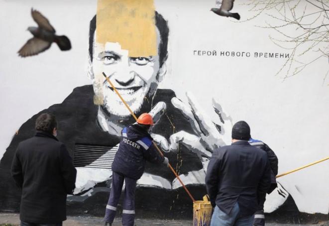 Un mural, pintado la noche del 28 de abril en San Petersburgo, y seguidamente cubierto. Se ha abierto una investigación penal. © David Frenkel/Mediazona