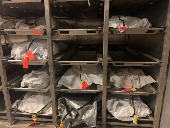 Dans les sacs blancs de la chambre froide de Tucson, une dizaine de corps sont alignés. Chacun porte un numéro et une inscription «unidentified» («Non identifié»). Ces corps appartiennent aux migrants morts ces dernières semaines dans le désert. © PN