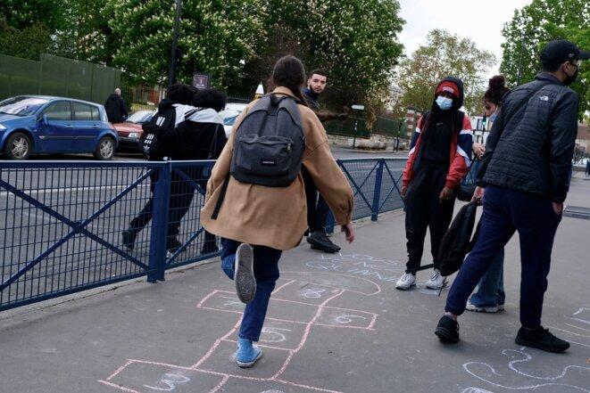 Pour créer du lien avec le ministère de l'éducation nationale, les lycéens ont dessiné une marelle à la craie. © IB