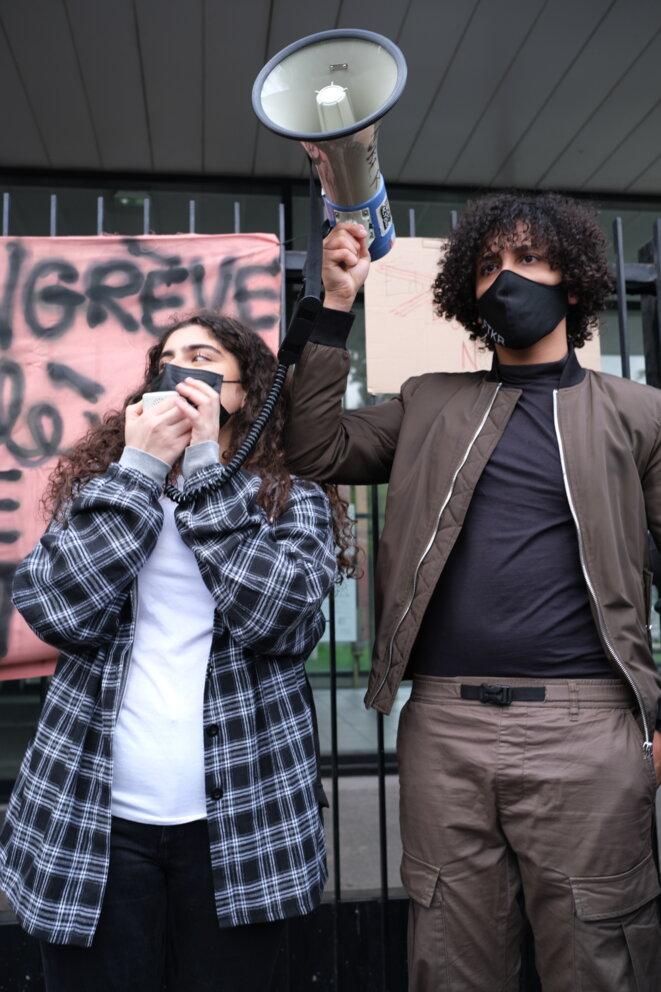 Kamilia et un camarade organisent le rassemblement de l'après-midi, mercredi 5 mai à Aubervilliers. © IB